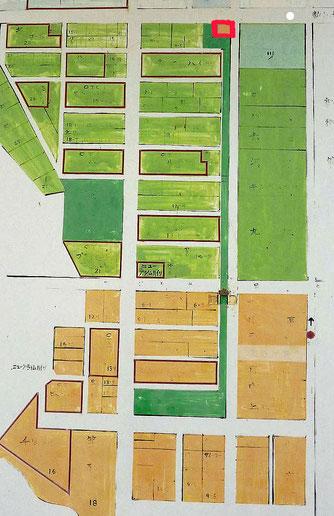 上の赤い印が「交番」。そこから南(下)への細長い緑が「公園」