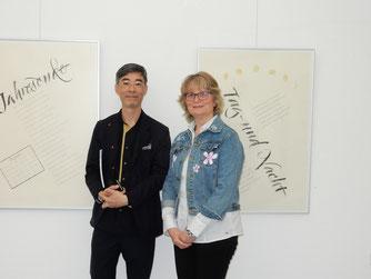 Patrick Leung und Sigrid Bengel im Hintergrund die Humanistische Kursive