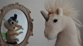 Selbst- und Fremdwahrnehmung; ein Einhorn und sein Spiegelbild