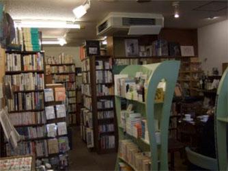 店内の様子。本だけでなく、ポストカード等紙雑貨も充実していました。