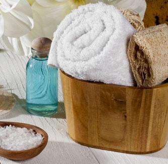 Eimer mit Handtuch und Salz