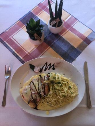 Hähnchenbrustfilet mit Tomate-Mozzarella und Linguine