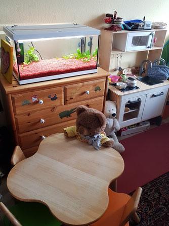 Essplatz der Kinder. Rechts die Kinderküche.