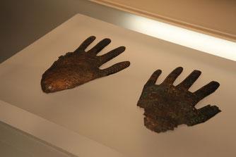 Die der Maske zugehörigen Hände