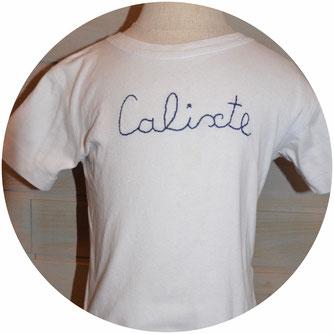 Tee shirt en coton blanc sur lequel le prénom ou l'âge de l'enfant est brodé à la main