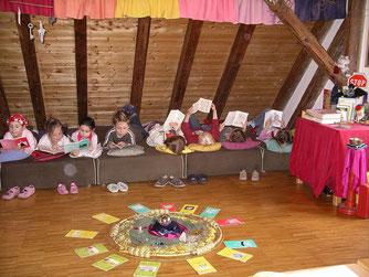 Nach Weihnachten können sogar schon die Erstklässler selber schmökern in der Lesehöhle. Einzelne Kinder dürfen Frau Stoll auch laut vorlesen, das tun sie gerne.