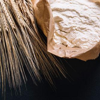 Frischgemahlenes Mehl, Körner und Getreide