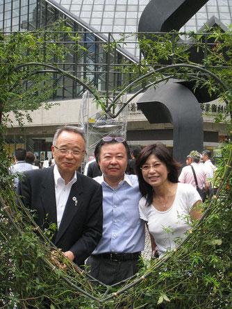 高野区長(左)とハートのトピアリー