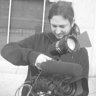 Kameramann beim Einrichten der Videokamera, Licht und Mikrofon.