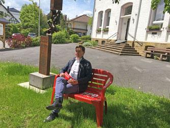 Sebastian Hartmann vor dem Mucher Rathaus