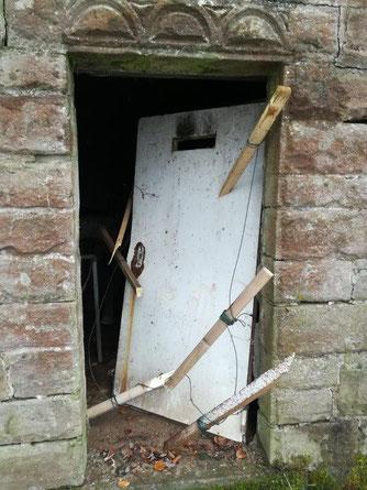 Die zerstörte Tür am Wasserhochbehälter