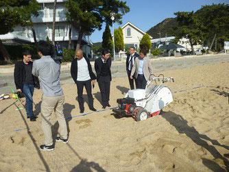 岡山県玉野市。渋川海岸 ブラジル選手団キャンプ誘致。自走砂場清掃篩機を御貸ししました。