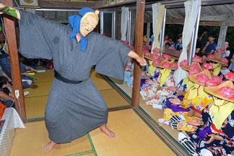 新川青年会のアンガマが珍問答を演じた=23日夜、新川地区