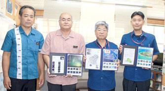 波照間島、黒島、小浜島のオリジナルフレーム切手を贈呈した=14日午後、町長室