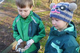 Kinder am Krötenzaun im Schortetal bei Ilmenau. Foto: NABU Ilmkreis