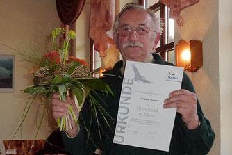 Wolfgang Neumann mit silberner Ehrennadel. Foto: NABU Ilmkreis