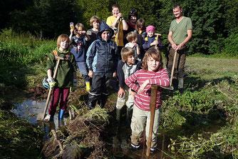 Kinder bauen Stauwälle zum Amphibienschutz. Foto: NABU Ilmkreis