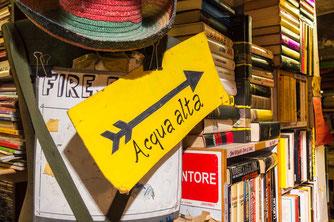 Libraria Aqua Alta, schönste Buchhandlung der Welt; Venedig, Venezia, Italien
