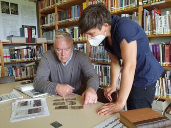 Edwards und Dirolf in der Gedenkstätten-Bibliothek