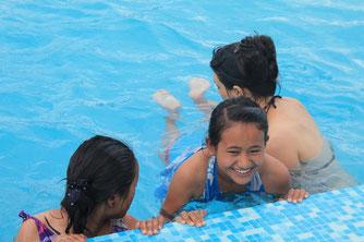 Anaïs apprend à nager à Dawa.
