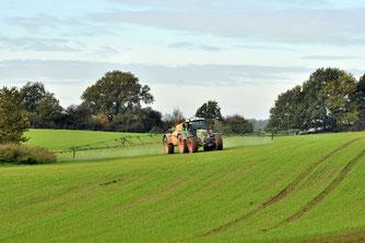 """Der großflächige Einsatz von Pestiziden zählt in der Landwirtschaft als """"gute fachliche Praxis"""". - Foto: Arndt Müller"""