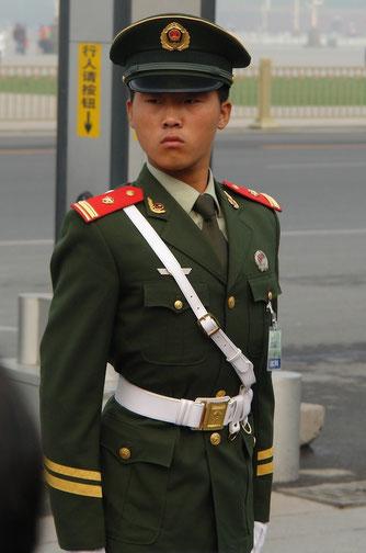 Dieser junge Mann in Uniform beschützt irgendwas vor irgendwem auf dem Platz des Himmlischen Friedens in Peking.
