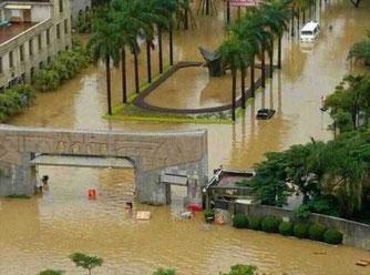 Das Westtor der Universität Xiamen, nach einem Taifun. Eigentlich war es aber nur ein Versagen der örtlichen Kanalisation nach einem relativ durchschnittlichem Regen. Das klingt nicht gut, also nannte