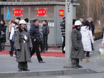 Männer in Uniform in Peking.