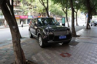 Wer ein großes Auto wie dieses hat, der kann in China fast überall kostenlos parken.