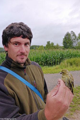 Michael Wimbauer mit einem beringten Grünfink (Foto: Wolfgang Lübcke)