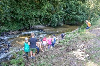 Die NAJU-Kids an einem naturnahen Ufer der Visbeker Aue. Foto: Fischereiverein Wildeshausen e.V.