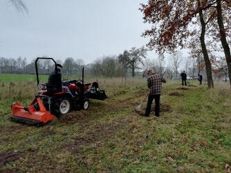 Mulcharbeiten auf dem Gelände der Streuobstwiese. - Foto: W. Pohl