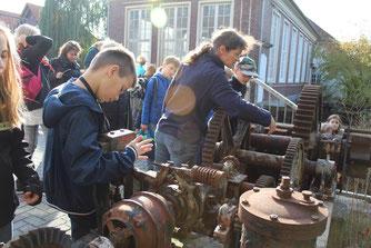 Christine Rebentisch erläutert den alten Antrieb der Stauklappe des Kraftwerks.