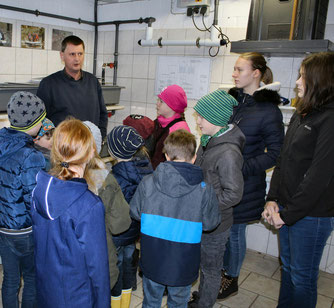 Im Bruthaus: Ralf Siemer erläutert, wie die Fischaufzucht funktioniert