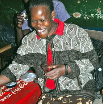 """Mama Toto possiede e gestisce un """"chang'aa bar"""" a Kibera da sette anni. Serve da bere sotto banco a tutti i suoi clienti, che arrivano 24 ore su 24 in ogni giorno della settimana. Mama Toto è sempre lì che aspetta."""