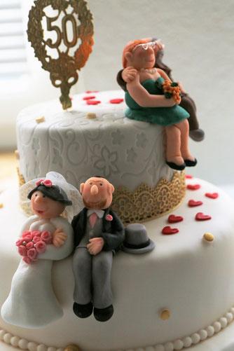 Hochzeitstorte mit Fondantfiguren Spitze Gold Brautpaar