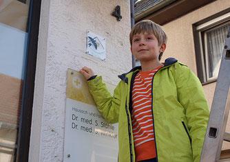 Frau Trefz' Patenkind freut sich ebenfalls über die Plakette.