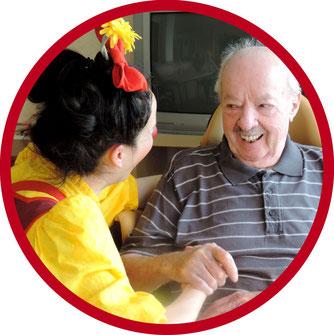 In Senioreneinrichtungen besucht die Geriatrie und Pflege Clownin Angelina Haug Menschen im Landkreis Esslingen und im Landkreis Stutgart