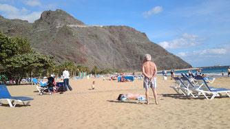"""Der weiße Sandstrand in Santa Cruz """" Teressita"""" auf Teneriffa. Badespaß pur !"""