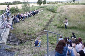 43 Zuschauer lauschten der Märchenerzählerin Ellen Wortmann zu.  Foto: NABU/Günter Lessenich