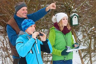 Winterliche Vogelbeobachtung - Foto: NABU/Frank Hecker