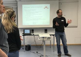 Dr. Timo Nolle leitet eine Fortbildung