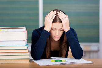 Eine Schülerin verzweifelt beim Lernen