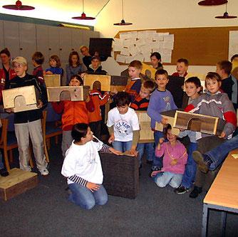 """Der """"Rudi-Rotbein-Club"""" des NABU Wesermarsch beim Bau von Igelhäusern"""