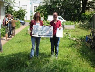 Übergabe der Urkunde zum Projekt des Monats (l: Vorstandsvorsitzende Sigrid Rakow, r. Projektleiterin Kristin Böhm)