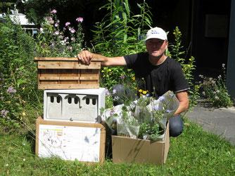 Die Preise für die ersten drei Plätze des NABU-Fotowettbewerbs: Schwegler-Holzbetonkasten für Sperlinge, Holzkasten für Sperlinge und ein Wildstauden-Pflanzpaket
