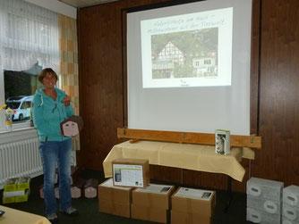 Projektleiterin Silke Kreusel stellt unterschiedliche Nisthilfen vor.