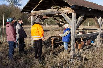 Irene Timm stellt die unterschiedlichen Nistkästen vor. Foto: NABU/Thomas Möller