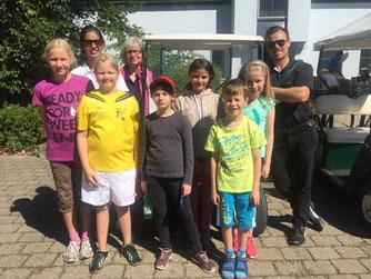 Rechts außen: Golflehrer David Meaney, Jugendwartin Ingeborg Meyer-Miranda (4 v. l.), Foto: Guido Hoferer