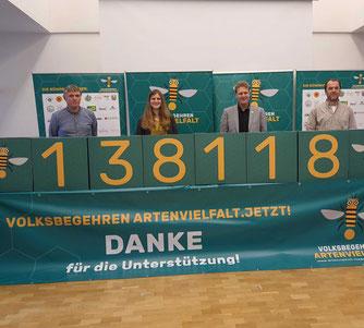 138.118 Unterschriften zum 1. November: Hanso Janßen, Anne Kura, Holger Buschmann und Klaus Ahrens (v.l.n.r.) bedanken sich bei allen, die das Volksbegehren unterstützt haben